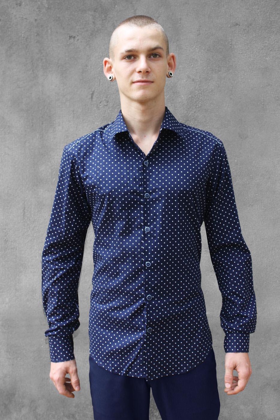blaues hemd mit weißen punkten